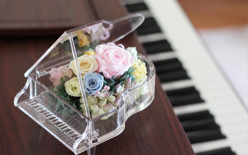 ピアノの上の花